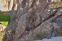 Ein steiler Wandbergsteiger auf dem Abfall kann von herein Teneriffa Arico oben gesehen werden lizenzfreie stockfotos