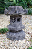 Ein Stein latern in einem Garten Lizenzfreies Stockbild