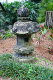 Ein Stein latern in einem Garten Stockbild