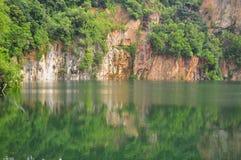 Ein Steinbruch mit Reflexion auf dem Wasser Stockfotografie