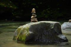 Ein Steinhaufen markiert die Anwesenheit eines Besuchers des La-Fortuna-Flusses lizenzfreies stockfoto