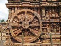 Ein Steinrad von Tempel Konark Sun in Indien stockbild