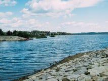 Ein Steinstrand durch den See lizenzfreies stockbild