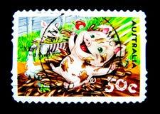Ein Stempel, der in Australien gedruckt wird, zeigt ein Bild der netten Schweinkarikatur, die im Schlamm auf einem Wert bei Cent  Stockfotografie
