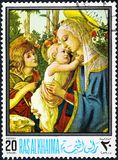 Ein Stempel, der in Ras al-Khaimah gedruckt wird, zeigt Madonna und Kind mit dem jungen Johannes Stockfoto