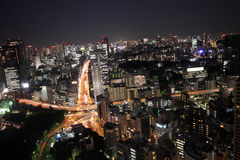 Ein Stern der Autos innerhalb der Tokyo-Skyline nachts stockfotos
