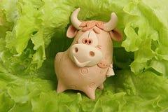 Ein Stier ist im Grün. Stockfoto