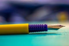 Ein Stift ist stärker als eine Klinge stockfoto