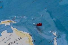 Ein Stift vom Neukaledonien in der Weltkarte lizenzfreie stockbilder