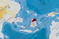 Ein Stift von Brunei in der Weltkarte lizenzfreies stockbild