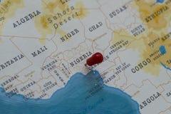 Ein Stift von Nigeria in der Weltkarte lizenzfreies stockbild