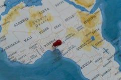 Ein Stift von Nigeria in der Weltkarte stockbilder