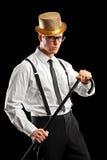 Ein stilvoller Mann mit dem Hut, der einen Stock anhält Lizenzfreie Stockbilder