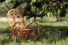 Ein Stockstuhl ist in einem Garten Stockfotografie