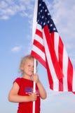 Ein stolzes junges Mädchen, das eine amerikanische Flagge anhält. Stockfoto
