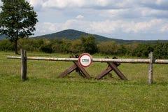 Ein Stoppschild bekannt gegeben am Kontrollpunkt-Alpha in Ostdeutschland auf russisch Stockbilder