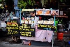 Ein Straßen-Lebensmittelverkäufer am Nachtmarkt an Khaosan-Straße stockfotos