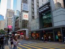 Ein Straßenbild die Straßen-der Zentrale der Königin in Hong Kong Der beschäftigte Boulevard wird mit punktiert stockfotos