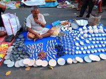 Ein Straßenhändler, der Steinartefakte verkauft Lizenzfreie Stockfotografie