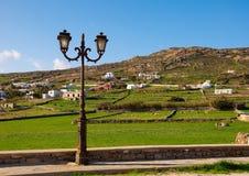 Ein Straßenlaterne auf Hintergrund der landwirtschaftlichen Landschaft Stockfoto