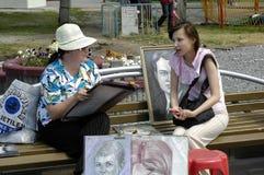 Ein Straßenmaler, der ein Mädchenporträt skizziert Lizenzfreie Stockfotos