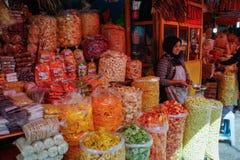 Ein Straßenmarkt und ein weiblicher Verkäufer, die lokale Chips verkaufen stockfotos