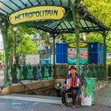 Ein Straßenmusiker bei einem der Eingänge im alten Stil zur Äbtissin-Metrostation stockbild