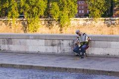 Ein Straßenmusiker, der das Akkordeon spielt Lizenzfreie Stockfotos