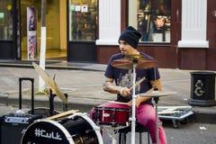 Ein Straßenmusiker spielt die Trommel Russland, Krasnodar, Oktober 7,2018 stockbild
