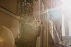 Ein Straßenphotograph oder ein junger Mann macht Fotos von authentischen Häusern in Lissabon in Portugal Ein Fachmann lizenzfreies stockfoto