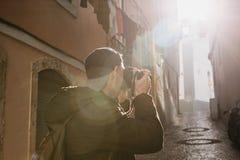 Ein Straßenphotograph oder ein junger Mann macht Fotos von authentischen Häusern in Lissabon in Portugal Ein Fachmann lizenzfreie stockfotografie
