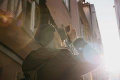 Ein Straßenphotograph oder ein junger Mann macht Fotos von authentischen Häusern in Lissabon in Portugal Ein Fachmann lizenzfreie stockfotos