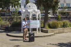 Ein Straßenprediger Die guten Nachrichten der Rettung durch Glauben allein in Jesus Christ in den versunkenen Gärten Bangor Co un lizenzfreie stockfotos