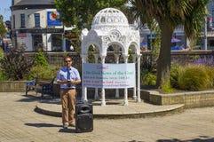 Ein Straßenprediger Die guten Nachrichten der Rettung durch Glauben allein in Jesus Christ in den versunkenen Gärten Bangor Co un stockbild
