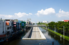 Ein Straßentunnel trocknet und überlebt von überschwemmt   lizenzfreie stockfotos