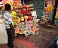 Ein Straßenverkäufer, der bunte Spielwaren verkauft Stockbild