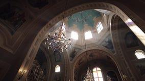 Ein Strahl des Lichtes durch den Leuchter in der Kathedrale stock footage
