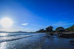 Ein Strand mit Sonnenschein und Welle Stockbild