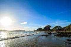 Ein Strand mit Sonnenschein und Welle Stockfoto