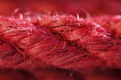 Ein Strang Jutefaserseil sechs Millimeter für japanische Knechtschaft und shibari, gemalt im Rot stockbild