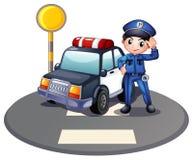 Ein Streifenwagen und der Polizist nahe der Ampel Lizenzfreie Stockfotos