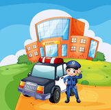 Ein Streifenwagen und der Polizist nahe der Schule Lizenzfreie Stockfotos