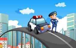 Ein Streifenwagen und ein Polizist in der Mitte der Landstraße Lizenzfreies Stockfoto