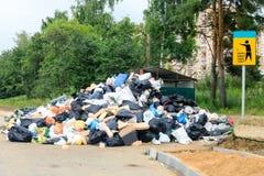 Ein Streik, zum des Abfalls von der Stadt zu entfernen, Abfall und alte Sachen wurden heraus nahe dem Behälter für eine lange Zei Lizenzfreie Stockbilder