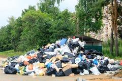 Ein Streik, zum des Abfalls von der Stadt zu entfernen, Abfall und alte Sachen wurden heraus nahe dem Behälter für eine lange Zei Stockfoto