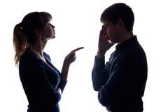 Ein Streit eines Paares, in dem eine Frau einen Mann befiehlt Stockbild
