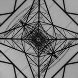 Ein Strom-Mast angesehen von unterhalb des Blickens in Richtung des Himmels lizenzfreie stockfotografie