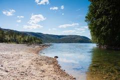 Ein Strom und ein See in Norwegen Lizenzfreies Stockbild