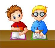 Ein Student, der über dem Notizbuch seines Seatmate schaut stock abbildung
