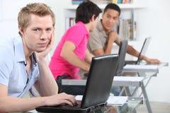 Ein Student in der Bibliothek Lizenzfreie Stockfotos